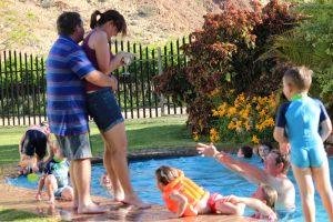 Blom keer net vir haar dop toe Pieter en Paul haar in die swembad wil intrek - duidelik is haar prioriteite reg!!!