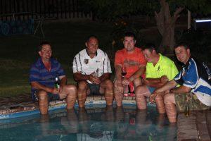 Pieter, Niel, AD, Paul en Robin kuier gesellig - voete in die water.